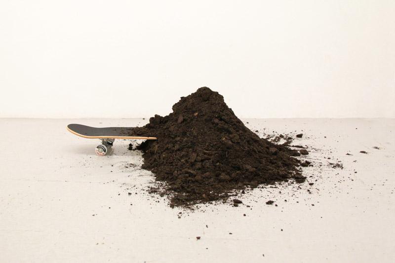 "Gianni D'Urso, ""Esercizio N°13"" - terra dimensione ambiente, skateboard 54x30x20 cm"